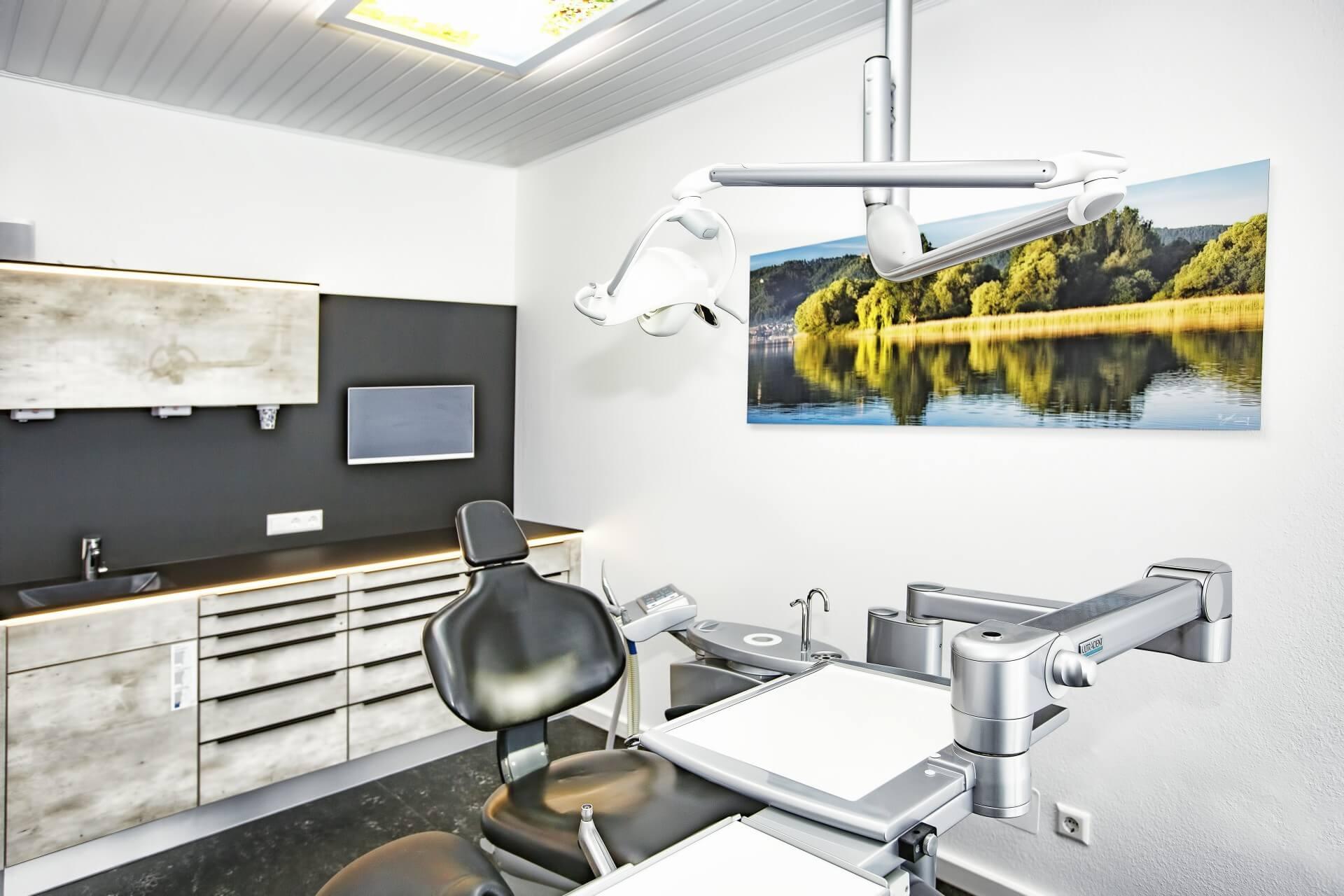 Zahnarztpraxis Dr. Loher Behandlungszimmer