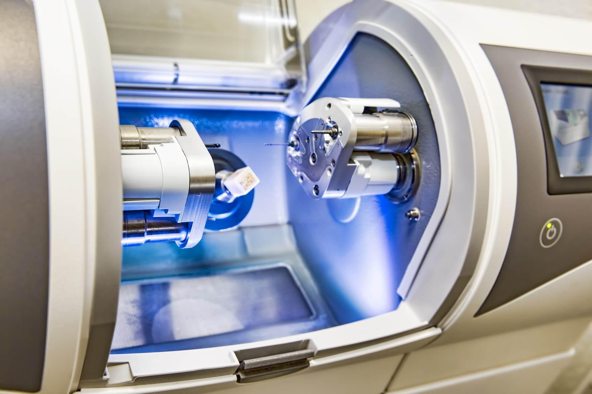 Zahnarztpraxis Dr. Loher Behandlungszimmer Geräte